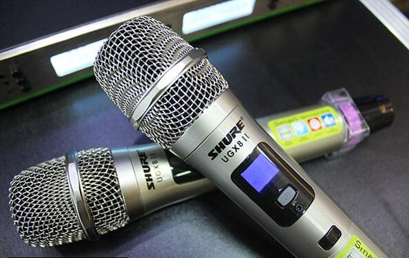 Hai micro cầm tay của Shure UGX8ii với màn hình LCD