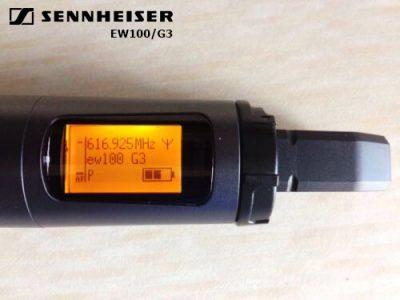 Màn hình LCD của mic EW100 hiển thị nhiều thông tin