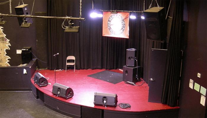 Loa monitor sân khấu đặt dưới sàn